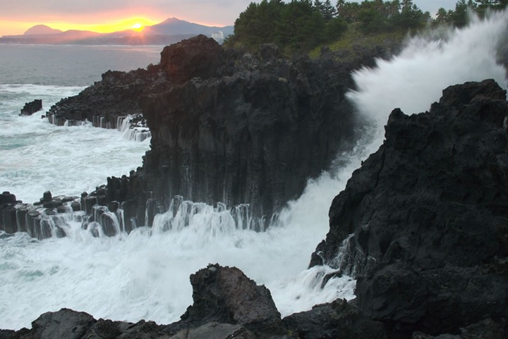 Jungmun-Daepo-Columnar-Joints-with-waves-crashing
