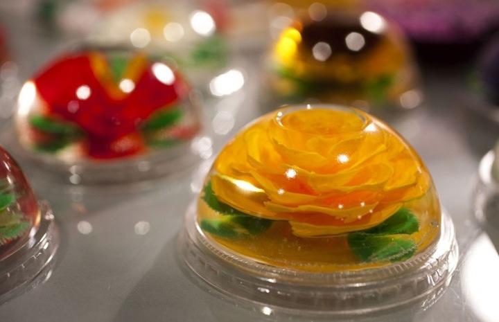 Можно заказать желатиновые цветы на ваш вкус, выбрав цвет и аромат, а также тип подсластителя. Изделия могут храниться в холодильнике неделями.