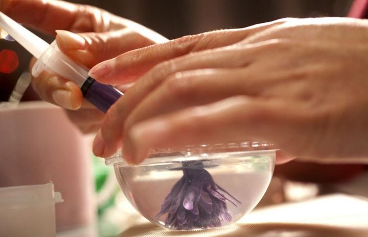 С помощью твердой руки и точных движений Гамбоа создает лепестки различной формы, как, на пример, вот эти лепестки с заостренными концами.