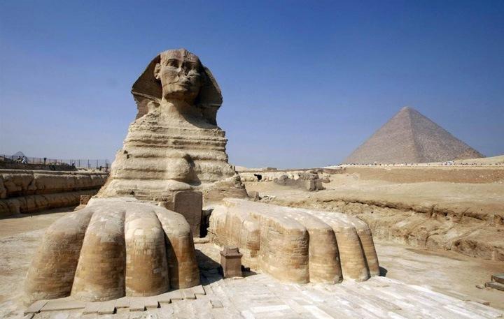 Великий сфинкс  Огромная статуя Великого сфинкса, полульва – получеловека, в Гизе недалеко от современного Каира на западном берегу реки Нил. На заднем плане Сфинкса видна пирамида Хефрена (Хафра). Великий сфинкс – это самая большая монолитная статуя на Земле, высеченная, как принято считать, древними египтянами в III тысячелетии до н.э., где-то между 2520 и 2494 годами до н.э..
