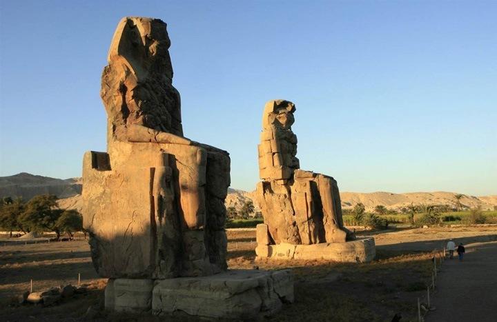 Вечные стражи  Туристы посещают колоссы Мемнона, представляющие собой две массивные каменные статуи фараона Аменхотепа III. Фигуры-близнецы стоят в некрополе города Фивы, по другую сторону реки Нил от современного города Луксор.