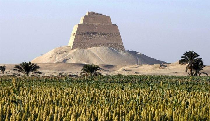 Поднимаясь из руин  Мейдумская пирамида расположилась на краю пустыни в провинции Бе́ни-Суэ́йф, в 70 километрах к югу от Каира. Это первая египетская пирамида с надземной погребальной камерой. Вероятно, приподнятое положение гробницы это попытка древних египтян приблизиться к богу солнца. Огромное сооружение окружено развалинами облицовочных плит.