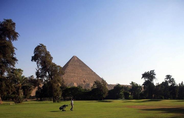 Укромные уголки оазиса  Игрок в гольф наслаждается матчем на площадке у отеля Оберой (Oberoi House hotel) рядом с пирамидами Гизы.
