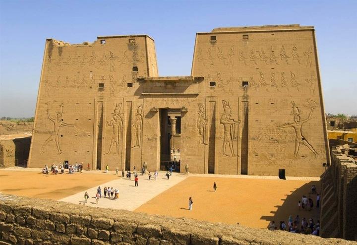 Массивный фундамент  Храм, посвященный богу Хору в Эдфу второй по величине в Египте после Храма Карнака и одно из наиболее сохранившихся храмовых сооружений. Хора изображали как человека с головой сокола.