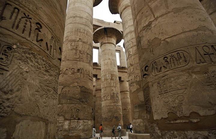 Чудеса архитектуры  Туристы разглядывают исписанные иероглифами каменные колонны в храме Карнак в Луксоре. Немногие места в Египте могут создать более ошеломляющее и неизгладимое впечатление, чем грандиозные стены, обелиски, колонны, статуи, стелы и украшенные каменные блоки древнеегипетского храмового комплекса Карнак.