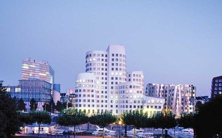 Дюссельдорф – самый многонациональный и процветающий из городов Германии, первопроходец в мире искусства, дизайна и архитектуры.