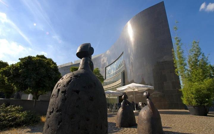 В Художественном собрании земли Северный Рейн – Вестфалия (Kunstsammlung Nordrhein-Westfalen) есть зал работ XX века и еще один для работ века XXI.