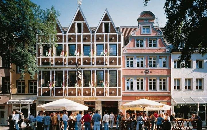 Старый город Дюссельдорфа может похвалиться самым длинным баром в мире.
