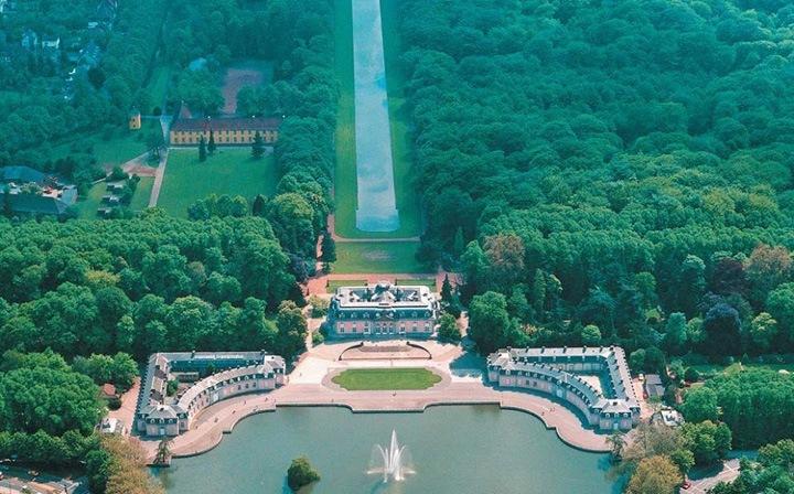 Превосходные английские сады и парк замка Бенрат, в котором находится Музей европейского паркового искусства.