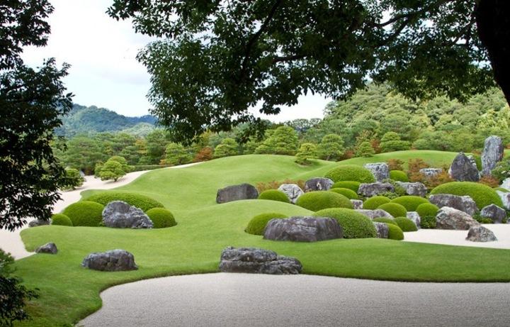 Садовый комплекс включает в себя Традиционный сухой сад, Сад белой гальки и сосен, Сад мха, Сад с прудом... Предлагаю просто посмотреть фотографии, что тут комментировать...