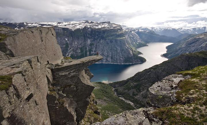 Crazy-cliff-view-of-Trolltunga-in-Odda-Norway