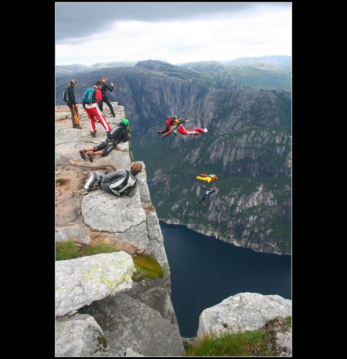 Kjerag-cliff-in-Norway-basejumpers