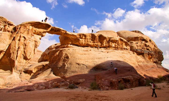 rock-climbing-in-the-desert-of-Jordans-wadi-rum