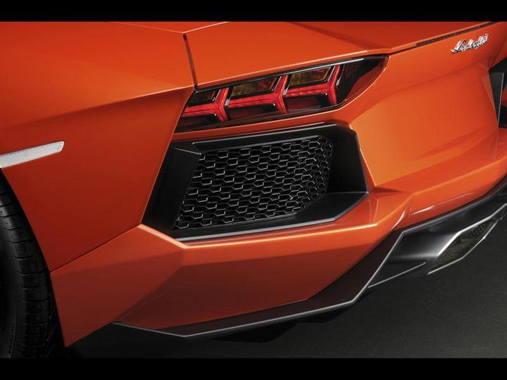 004-2012-lamborghini-aventador-lp-700-4-rear-grid-1280x960_w800