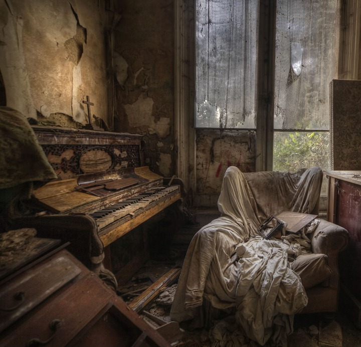 Ghost-house-a-real-creepy-room-in-the-abandoned-manor-house