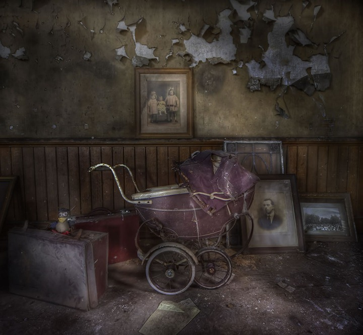 Youre-not-afraid-of-the-dark-are-you-Creepy-carriage-at-spooky-abandoned-manor-house