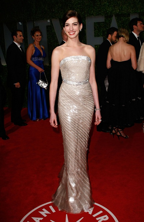 anne_hathaway_arrives_at_the_2009_vanity_fair_oscar_party-03_123_1015lo