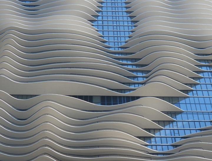 Имя отражает морскую тему других зданий в районе. Волнистая, неравномерная форма балконов передает органичную, почти живую атмосферу здания. Плавные обводы балконов придают зданию весьма необычный вид и служат для затенения от солнца. Важнейшими особенностями конструкции являются устойчивость, энергосберегающее освещение и системы сбора воды.