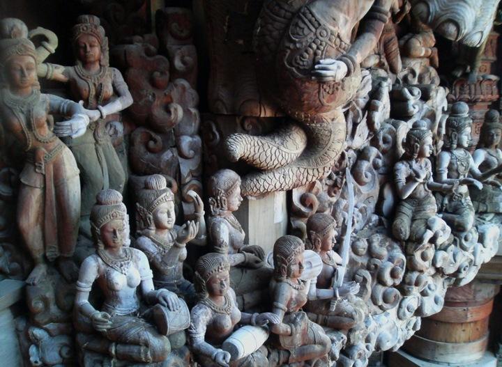 Храм Истины был идеей эксцентричного миллиардера Лека Вирийафанта (Lek Viriyaphant), также известного как Кхун Лек (Khun Lek), который решил показать миру богатство архитектурного и культурного наследия Таиланда.