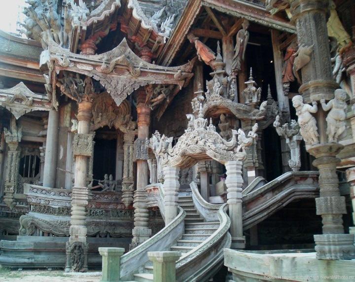 В отделке храма чувствуется влияние четырех основных художественных и философских тенденций, присутствующих в Таиланде: китайской, тайской, кхмерской и индуистской. Тысячи деревянных скульптур и резных орнаментов, изображающих голову Будды, священных животных и композиции на религиозные и философские темы, украшают как внутренние, так и наружные стены Храма.