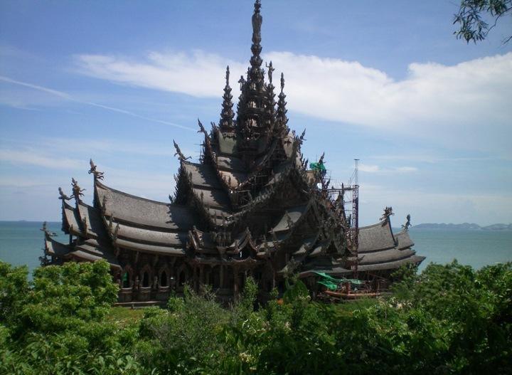 После многих лет, посвященных изучению традиционной тайской архитектуры, в 1981 году он, наконец, приступил к строительству этого уникального сооружения. Бизнесмен окрестил свое создание Храмом Истины и настоял на том, чтобы он строился исключительно из тикового дерева.