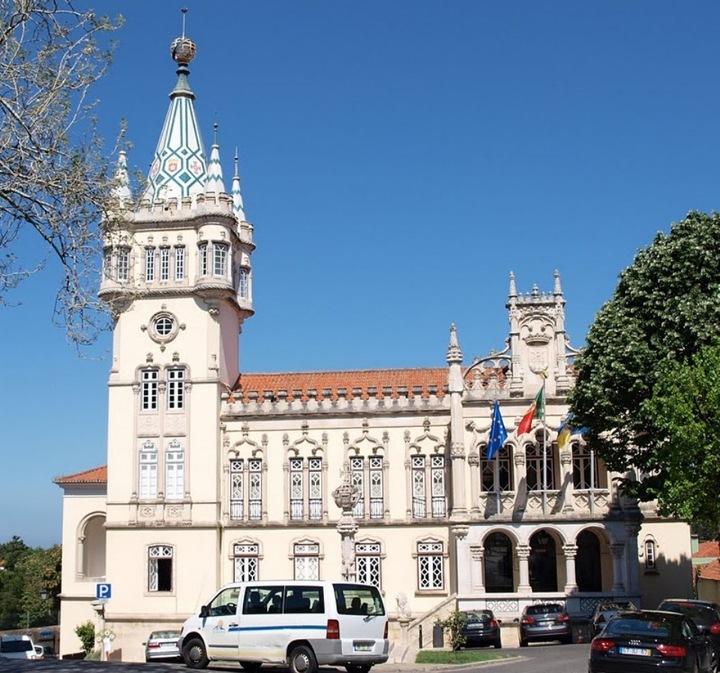 Даже здание местной мэрии больше было похоже на волшебный замок с башенками, чем на чиновничье учреждение.