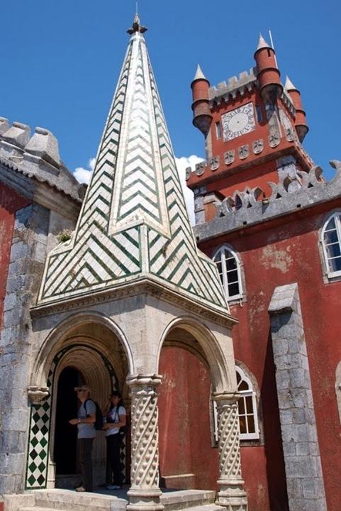 История дворца Пена весьма романтическая. Поначалу в этом месте в своем монастыре обосновались монахи-иеронимиты. Но постепенно монастырь пришел в запустение и от него осталась лишь одна капелла - Носа-Сеньора-да-Пена.