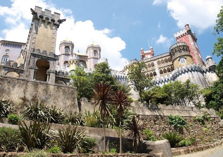 В 1528 году у короля Жуана Третьего и его супруги родился сын Мигел. Приняв трон, Мигел должен был объединить три королевства Пиринейского полуострова - Португалии, Кастилии и Арагона. По этому случаю, когда Мигелу был всего лишь годик, в Синтру пригласили знаменитого резчика Николо де Шантарена и заказали ему алтарь из алебастра и черного мрамора для капеллы в монастыре Пена. Этот алтарь стоит там до сих пор (правда, фотографировать его почему-то категорически запрещено). Но, к сожалению, использовать алтарь по назначению так и не пришлось. Мигел умер, когда ему исполнилось шесть лет. Когда же монастырь совсем опустел, то место, где он находился, облюбовал муж королевы Марии Второй немецкий принц Фердинанд фон Саксен-Кобург-Гота. Этот принц был товарищем очень творческим и продвинутым. Со временем к нему даже прикрепилось прозвище король-художник. Но кроме живописи, Фердинанд еще интересовался архитектурой, биологией и, как бы сейчас сказали, ландшафтным дизайном. В общем, он решил возвести на месте монастыря великолепный романтический замок, а вокруг него разбить не менее великолепный парк. Так и поступил.