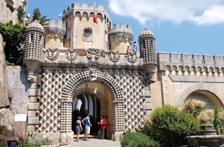 Замок он заказал спроектировать немецкому архитектору барону Эшвеге. Но в проект вложил и собственные идеи. А как раз примерно в то время в Европе своими замками как раз прославился баварский король Людвиг Второй, чьим главным детищем был сказочный замок-лебедь Нойшванштайн. Фердинанд очень проникся романтикой и волшебством архитектурного стиля Людвига Второго и кое-что позаимствовал от него и при строительстве замка Пена.
