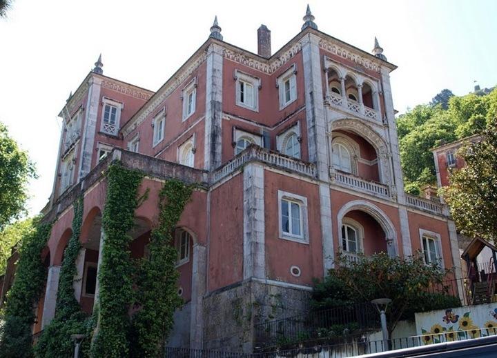 А после того, как в 1147 году Лиссабон вместе с Синтрой перешел христианам, тут обосновались монахи и превратили старый мавританский город в свою летнюю резиденцию. Монахи были не дураками. В отличие от Лиссабона летний климат в Синтре был более прохладным и здоровым. Сказывалось то, что город располагался среди гор, которые несли свежий воздух и прохладу. А в 15 веке сюда на лето стали перебираться и португальские короли. Так, например, Мануэл Первый именно, находясь в Синтре, получил известие об открытии Индии и Бразилии, а в 16 веке вообще руководил отсюда всей страной, так как в Лиссабоне свирепствовала чума, и король с семейством тут ее пережидал. В общем, в 19 веке этот город стал излюбленным местом отдыха местной и английской знати, которая любила приезжать в Португалию. В Синтре появилось много дворцов, вилл и резиденций, большинство из которых стоят и по сей день.