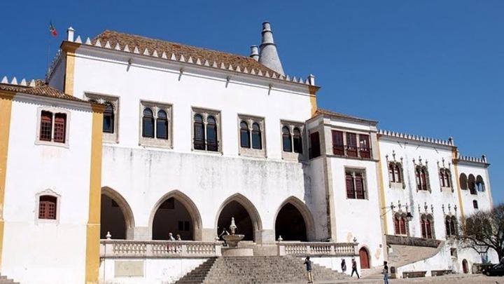 Дворец так и назывался - дворец Синтры. Или еще Пасу-Реал, что значит - Королевский дворец. Это был тот самый дворец, который стал летней резиденцией для португальских королей. Именно отсюда Мануэл Первый правил страной во время чумы в Лиссаобне, отсюда отправился в свой трагический поход король Себастиан, здесь провел в заточении свою жизнь Афонсу Шестой.