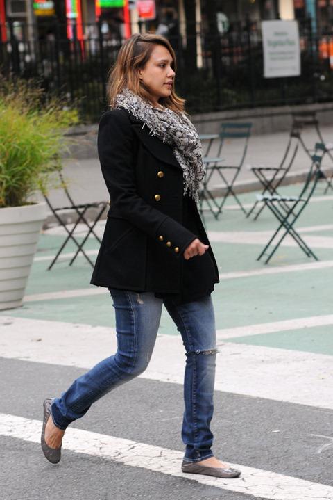 jessica_alba_black_pea_coat_je