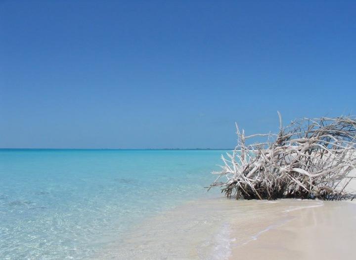 Существует также более 1000 малых островов, известных как Кайос, принадлежащих кубинской территории. Некоторые имеют необходимую инфраструктуру для развития туризма, но большинство из них совсем не тронуты человеком.
