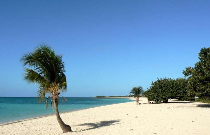 Остров Куба является самым крупным, он окружен четырьмя небольшими группами островов: архипелагом Колорадос на северо-западе, архипелагом Сабана-Камагуэй на севере центральной части Атлантического побережья, Хардинес де ла Рейна на юге центральной части побережья и архипелагом Канарреос на юго-западе.
