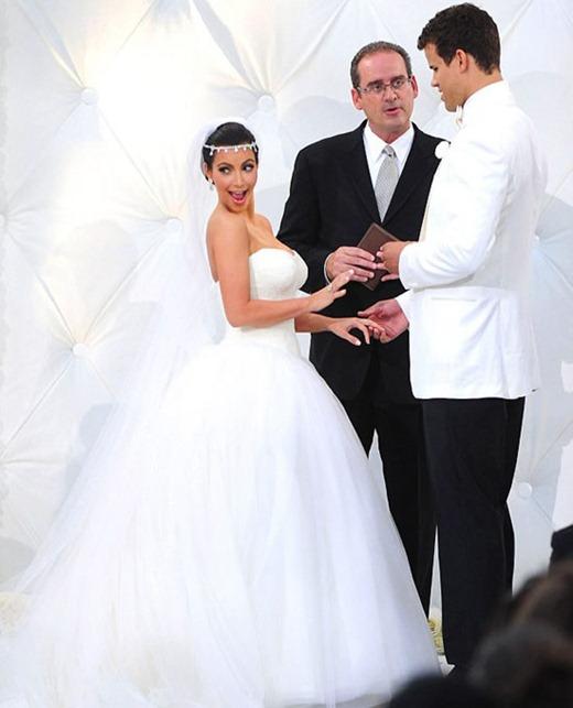 Kim-Kardashian-and-Kris-Humphries-Wedding-Photos-09