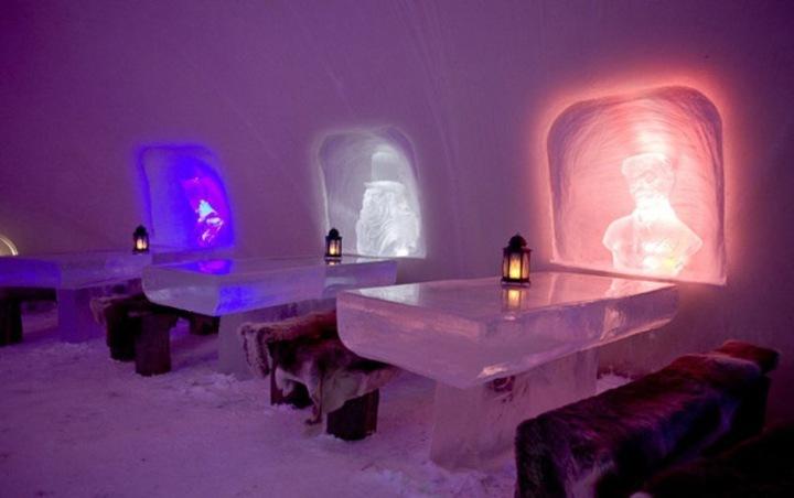 В Снежном Ресторане, рассчитанном на 180 мест, можно пообедать или поужинать сидя за столиком изо льда.