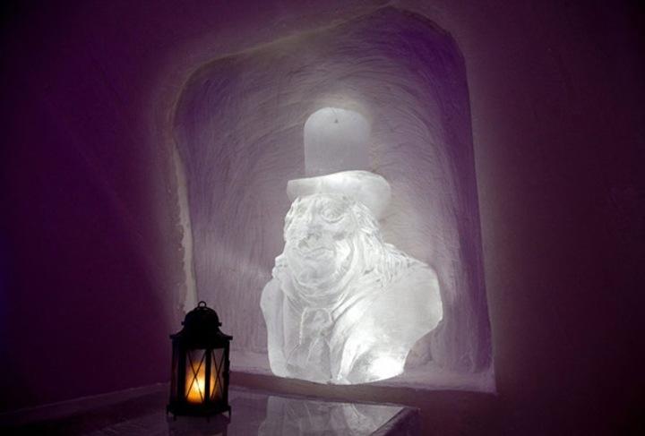 Около каждого столика в нише расположена освещенная скульптура какого-либо мультипликационного героя…