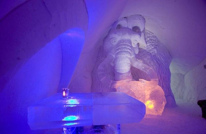 …а в одном конце помещения у стены возвышается Мэнни, мамонт из мультфильма «Ледниковый период».
