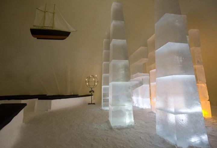 Центром этой часовни на 100 мест, несомненно, является прекрасный алтарь, вырезанный из глыб льда.