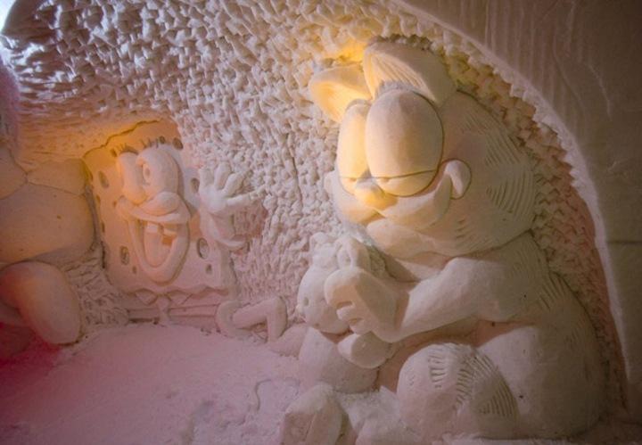 Неизменно каждый год из снега сооружаются часовня, ресторан и отель, но их размер, форма и украшения меняются каждую зиму, как и стиль постройки. В этом году в качестве основной темы выбраны мультфильмы.