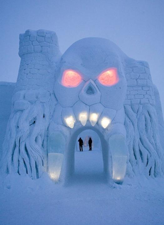 Снежный Замок (LumiLinna) в Кеми, финском городе на берегу Ботнического залива, - это самая большая снежная крепость в мире, которую выстраивают каждую зиму.