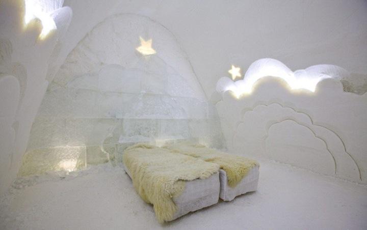Желающие подольше побыть в этом месте могут остановиться в Снежном Отеле, в котором имеется 18 одно- и двухместных номеров и 2 номера с пятью кроватями. Также здесь есть номер для новобрачных (на фото), кровати в котором покрыты меховыми покрывалами, где можно почувствовать себя будто плывущим среди облаков.