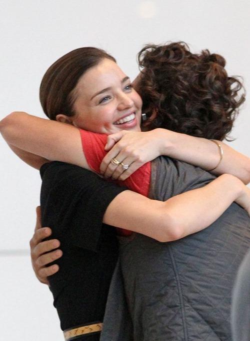 miranda-kerr-orlando-bloom-hug-happy-04